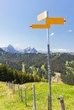 Ir de excursión concepto de la montaña del poste indicador Fotografía de archivo libre de regalías