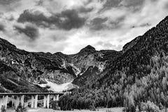 Ir de excursión el camino en las montan@as julianas Fotografía de archivo libre de regalías