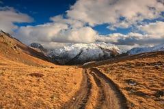 Ir de excursión el camino en montañas Fotos de archivo libres de regalías