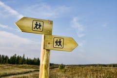 Ir de excursión el poste indicador Fotos de archivo