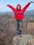 Ir de excursión a la muchacha en la roca   Foto de archivo libre de regalías