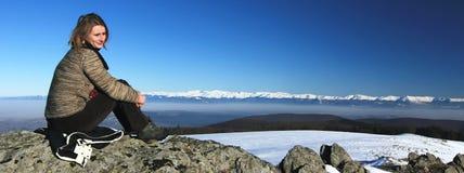 Ir de excursión a la muchacha encima de la montaña Fotos de archivo