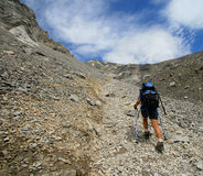 Ir de excursión para arriba el rastro de montaña Fotos de archivo libres de regalías