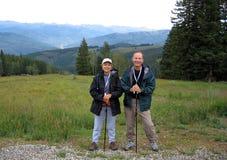 Ir de excursión pares en las montañas imagenes de archivo