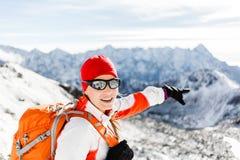 Ir de excursión éxito, mujer feliz en montañas del invierno Imagen de archivo libre de regalías