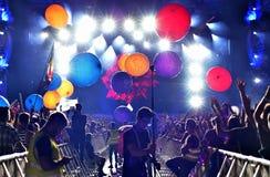 Ir de fiesta a la muchedumbre de gente en el concierto Foto de archivo libre de regalías