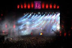 Ir de fiesta a la muchedumbre en un concierto Fotos de archivo libres de regalías