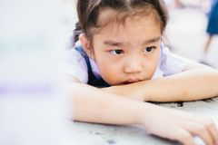 Ir infeliz exterior da menina do estudante para trás à escola Imagem de Stock Royalty Free