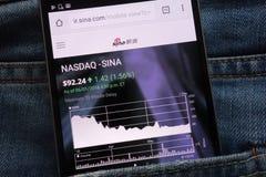 IR le site Web de sina montré sur le smartphone caché dans des jeans empochent image stock