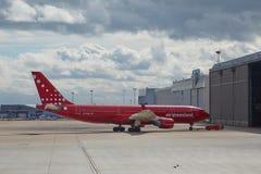 Ir plano ele o hangar Foto de Stock Royalty Free