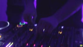 Ir-vai o dançarino que transporta-se à música atrás do jóquei de disco durante o desempenho no partido vídeos de arquivo