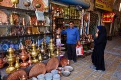 Irańczyk pary dojrzali wybory puszkują na miedzianym bazarze, Yazd, Iran Zdjęcie Stock