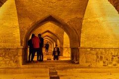 Irańscy ludzie inside Allahverdi Khan mosta dzwonili Siosepol przy nocą isfahan Iran zdjęcie royalty free