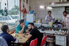 Irańscy mężczyzna siedzą w kawiarni, Teheran, Iran Fotografia Royalty Free