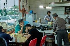 Irański mężczyzna słuzyć jedzenie w kawiarni, Teheran, Iran Fotografia Stock