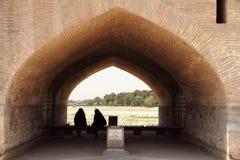 Irańskie kobiety pod mostem obraz royalty free