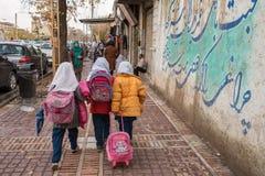Irańskie uczennicy chodzą na ulicach Shiraz miasto, Iran obrazy stock