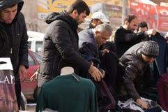 Iraakse mens die voor kleren winkelen Stock Foto