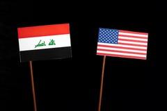 Iraakse vlag met de vlag van de V.S. op zwarte stock afbeelding