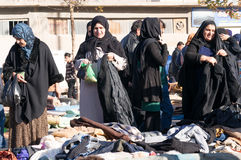 Iraakse vrouwen die voor de winterkleren winkelen Stock Foto