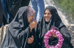 Iraanse dames die en pret babbelen hebben royalty-vrije stock foto's
