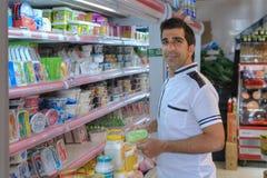 Iraanse koper die zich dichtbij planken met voedsel in Sh supermarkt bevinden, Stock Afbeelding