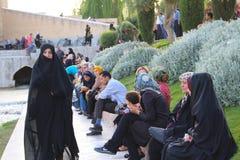 Iraanse mensen langs de Zayanderud-Rivier in Isphahan, Iran royalty-vrije stock afbeeldingen