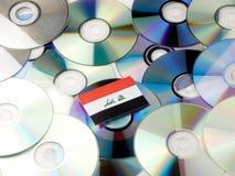 Irakijczyk flaga na górze cd i DVD stosu odizolowywającego na bielu Zdjęcia Royalty Free