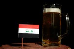Irakijczyk flaga z piwnym kubkiem na czerni Zdjęcie Royalty Free