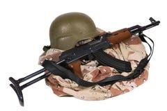 Irakische Armee-Uniform und AK47-Gewehr Stockbild