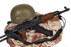 Irakische Armee-Uniform und AK47-Gewehr lizenzfreie stockfotos