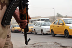Irakischer Soldat an der Straßensperre Stockbilder