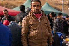 Irakisk MAN PÅ GATAN som SÄLJER KLÄDER Arkivfoto