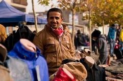 Irakisk MAN som LER PÅ GATAN som SÄLJER KLÄDER Royaltyfria Foton