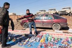 Irakisk man som säljer leksaker en irakisk gata royaltyfri bild