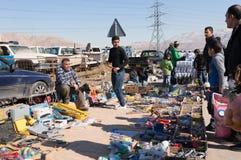 Irakisk man som säljer olika hjälpmedel en irakisk gata arkivbild