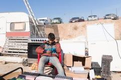 Irakiskt barn som säljer använt material en irakisk gata arkivbilder
