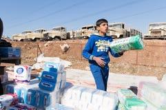 Irakiskt barn som säljer silkespapper en irakisk gata royaltyfri bild