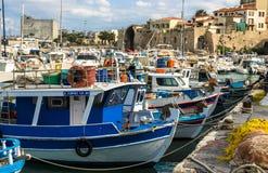 IRAKLIO, GRIECHENLAND - November 2017: bunte Fischerboote nähern sich alter venetianischer Festung, Iraklio-Hafen, Kreta Stockfoto