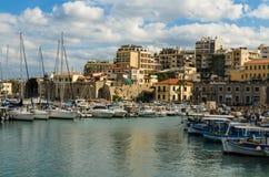IRAKLIO, GRIECHENLAND - November 2017: bunte Fischerboote und Yachten in der alten venetianischen Festung, Iraklio-Hafen, Kreta Lizenzfreie Stockfotografie