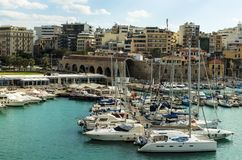IRAKLIO, GRIECHENLAND - November 2017: bunte Fischerboote und Yachten in der alten venetianischen Festung, Iraklio-Hafen, Kreta Stockfoto