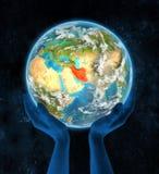 Iran op aarde in handen Stock Afbeelding