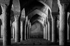 Iran Shiraz - September 17, 2016: Forntida kolonner av den Vakil moskén i Shiraz iran Svartvit bild royaltyfri foto