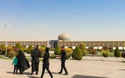 Iraner, die um den Imam Mosque, Esfahan, der Iran gehen lizenzfreie stockbilder
