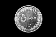 Iranier 5000 Rial mynt på svart Arkivfoton