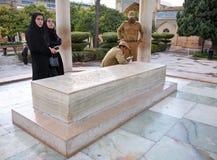 Iranier som besöker gravvalvet av den persiska poeten Hafez i Shiraz Fotografering för Bildbyråer