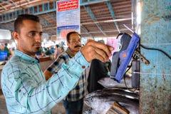Iranier som betalar för köp på marknaden, genom att använda kreditkorten Royaltyfri Bild