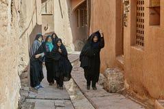 Iranische Frauen an der schmalen Straße im Dorf, Abyaneh, der Iran Lizenzfreie Stockfotografie