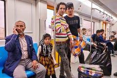 Iranische Männer und Mädchen gehen auf Untergrundbahn, Teheran, der Iran stockbild