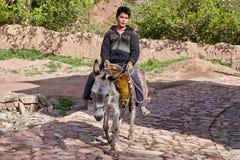 Iranischer Junge auf Esel im traditionellen Dorf, Abyaneh, der Iran Stockbild